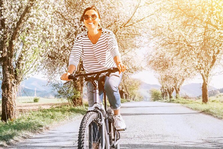 Urlaub im Landhaus Kanzler in Thandorf - Fahrradfahren unter blühenden Obstbäumen Ortsausgang