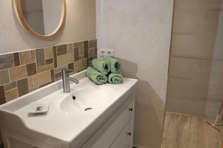 Urlaub im Landhaus Kanzler in Thandorf - Badezimmer Nr 1 Waschtisch mit Spiegel