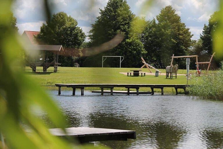 Urlaub im Landhaus Kanzler in Thandorf - Spielplatz von der andere Seite des Dorfteiches aus gesehen