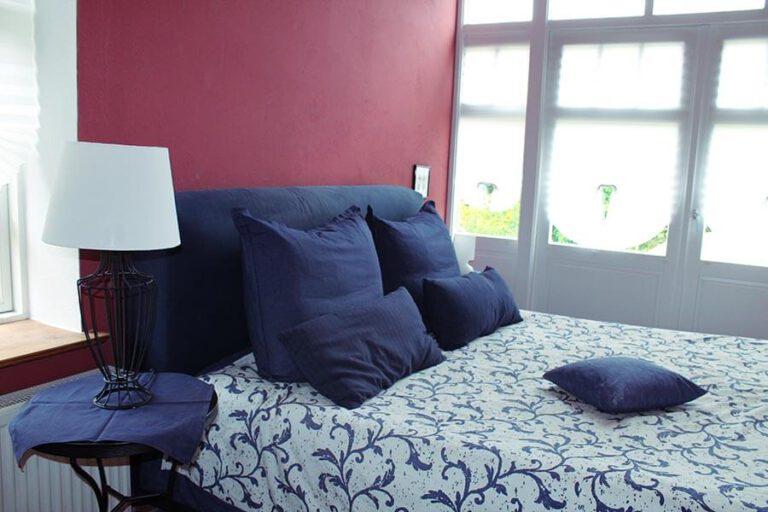 Urlaub im Landhaus Kanzler in Thandorf - Blick auf das Doppelbett im roten Zimmer