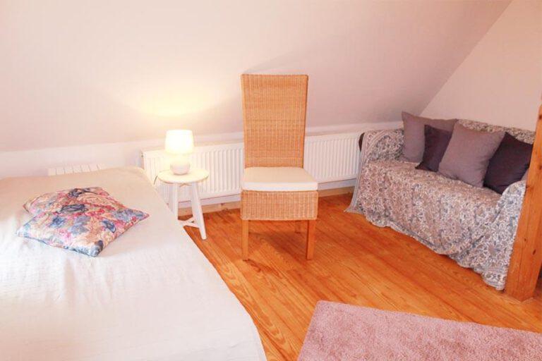 Urlaub im Landhaus Kanzler in Thandorf - weißes Zimmer mit Bett und Sofa