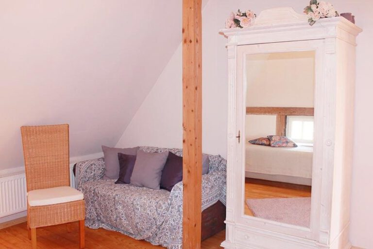 Urlaub im Landhaus Kanzler in Thandorf - weißes Zimmer mit Sofa und Bauernschrank