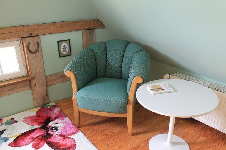 Urlaub im Landhaus Kanzler in Thandorf - grünes Zimmer Lese-Ecke mit Sessel und Tisch