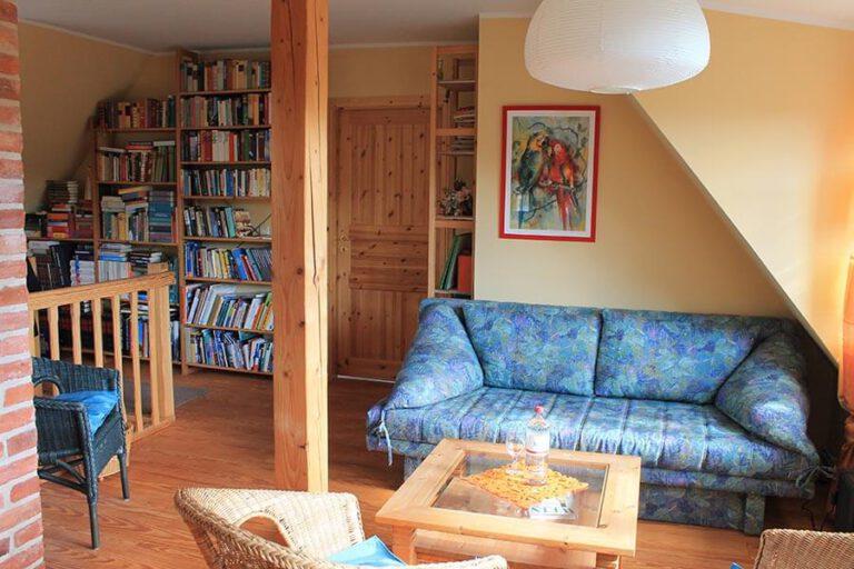 Urlaub im Landhaus Kanzler in Thandorf - Wohnzimmer mit umfangreicher Büchersammlung und Sofaecke
