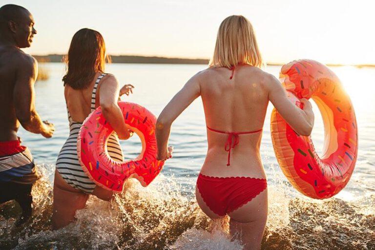 Urlaub im Landhaus Kanzler in Thandorf - Schwimmer laufen zum Baden in den See