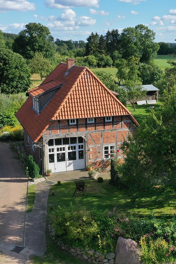 Urlaub im Landhaus Kanzler - Foto aus der Luft vom Landhaus im Sommer in der grünen Umgebung